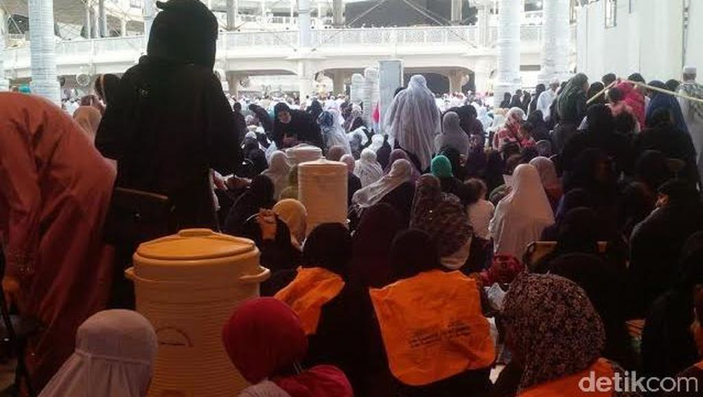 Berlinang Air Mata Saat Tarawih di Masjidil Haram