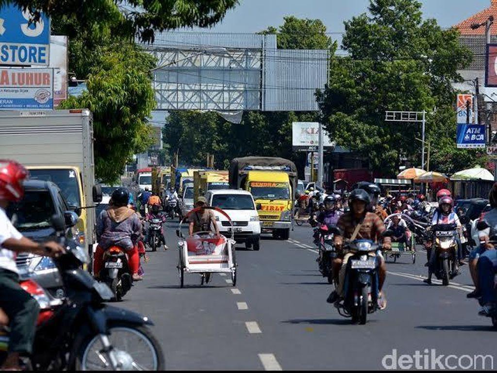 Jelang Mudik, Jalur Pantura Situbondo Semrawut Dipicu Lahan Parkir