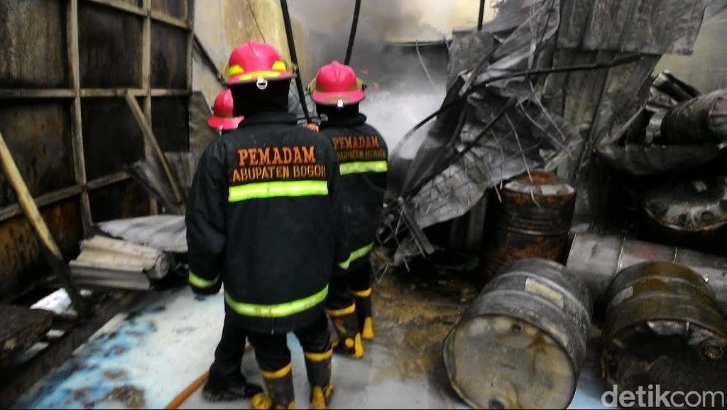 Kebakaran di Cibinong Gudang Thinner, Hanguskan 3 Toko dan 11 Motor