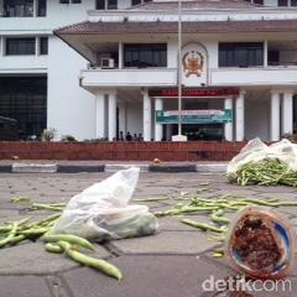 Pedagang Lempari Kantor Wali Kota Medan dengan Sayur dan Buah