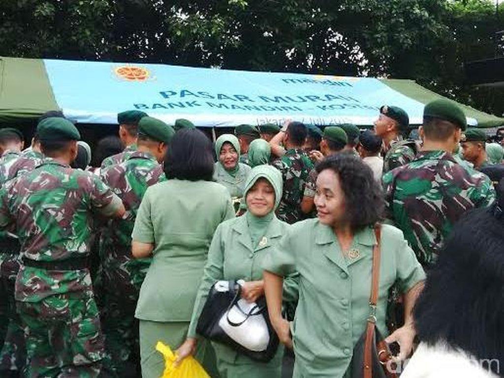 Ribuan Prajurit dan PNS Kostrad Serbu Stand Bazar Murah
