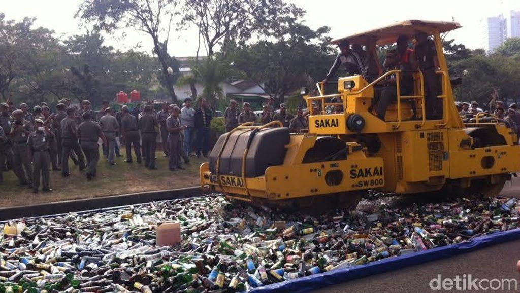 11.321 Botol Miras Dimusnahkan di Silang Monas