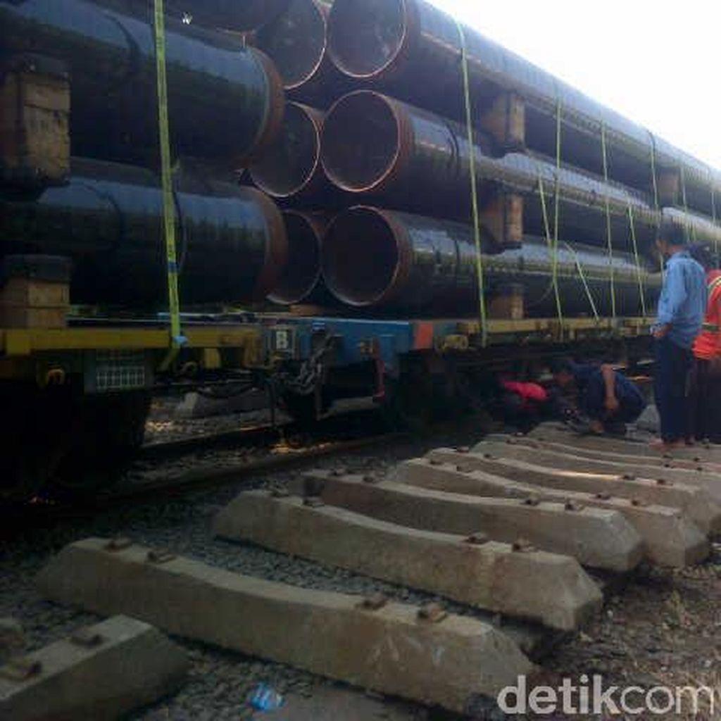 Kereta Api Anjlok, Calon Penumpang Terpaksa Gunakan Bus