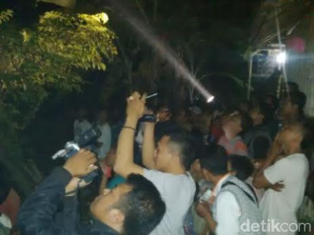 Pemuda Panjat Sutet Jawa-Bali Bikin Warga dan Tim SAR Kalang Kabut