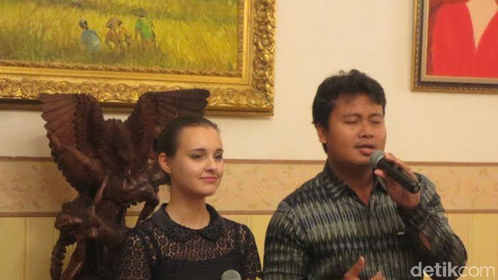 Video Yulia Pavlovna Si Cantik dari Rusia Nyanyi Rayuan Pulau Kelapa