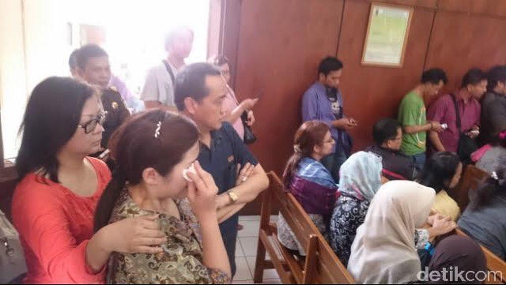 Guru St Monica Divonis Bebas, Ibu Korban Pencabulan Menangis