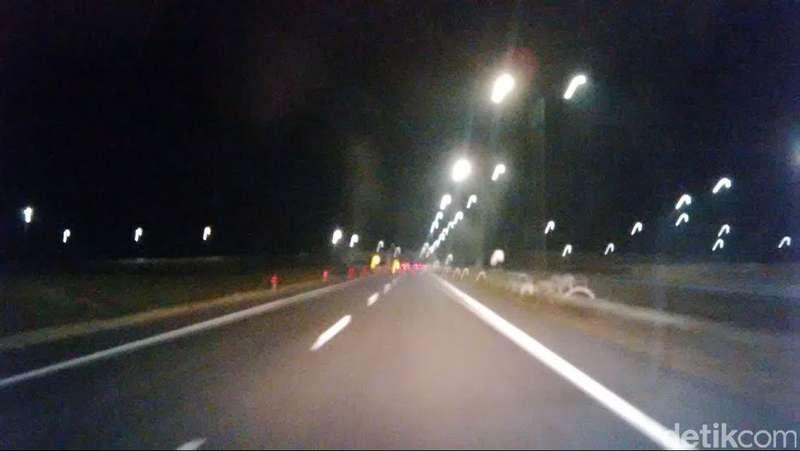 Hanya Diterangi Lampu Mobil, Begini Kondisi Tol Cipali di Malam Hari