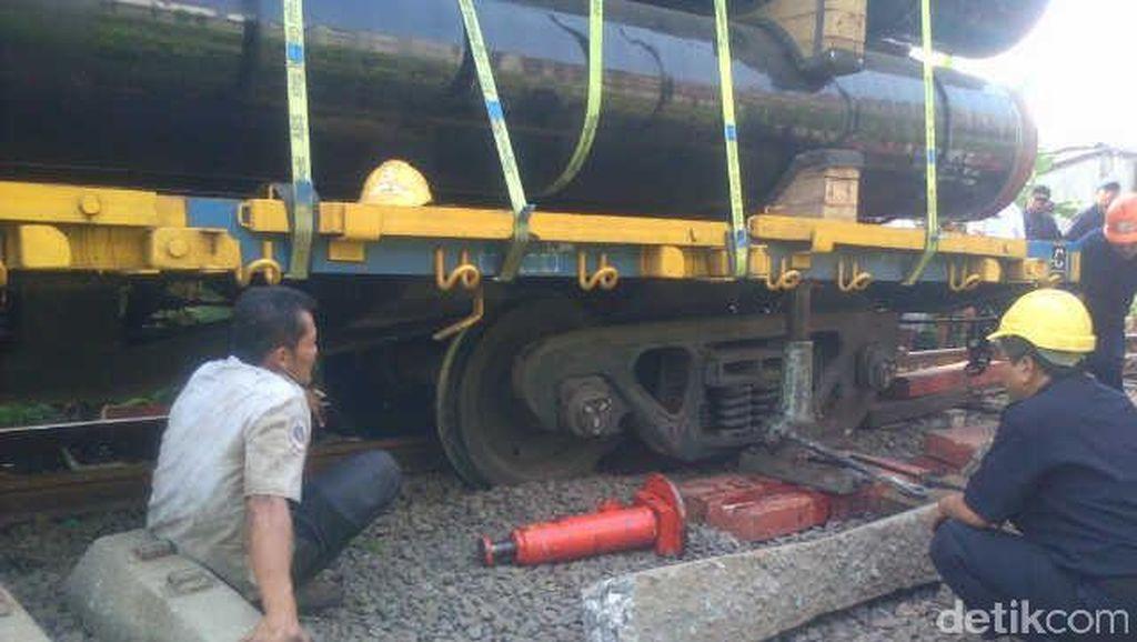 Kereta Api Pengangkut Pipa Industri Anjlok di Banten