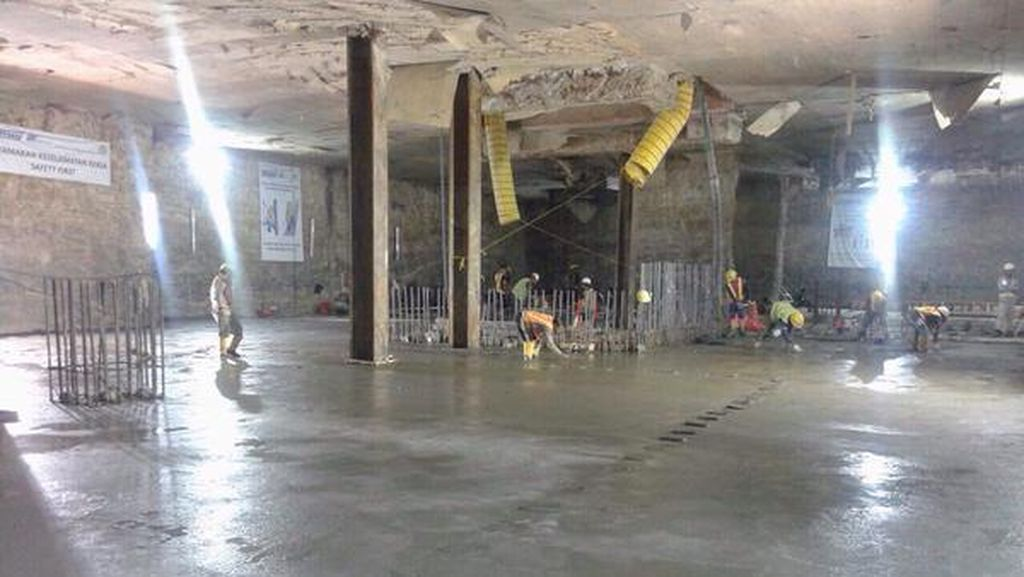 Lantai Stasiun Bawah Tanah MRT di Senayan Mulai Dicor