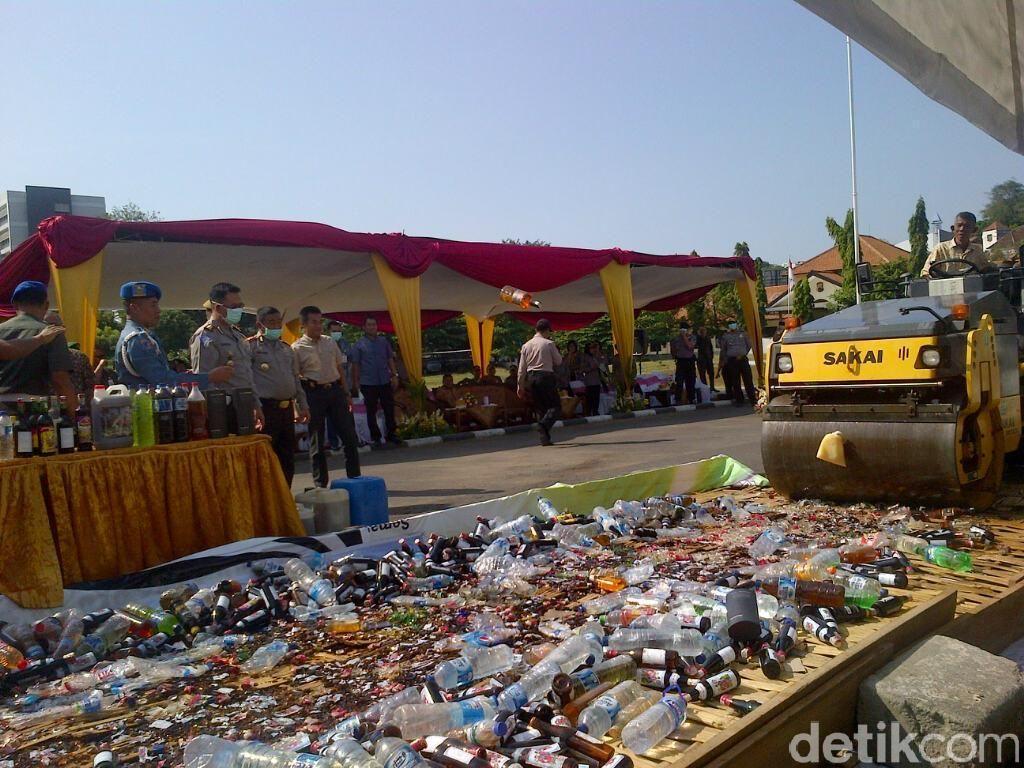 Ribuan Botol Minuman Begal Dimusnahkan di Semarang