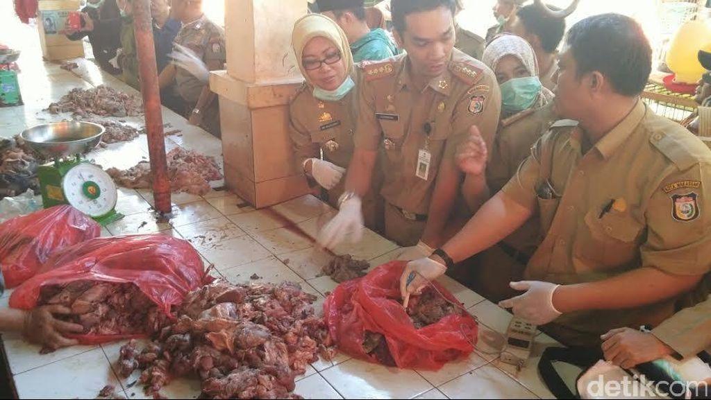 Sidak di Pasar Makassar, Petugas Badan Ketahanan Pangan Temukan Daging Busuk