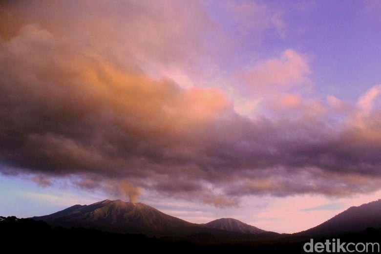 Malam ini Gunung Raung Masih Embuskan Asap, Ada Lelehan Lava