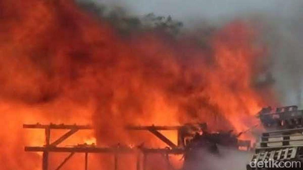 Kebakaran di Gudang Limbah Karawang, Penyebabnya Sampah Dibakar
