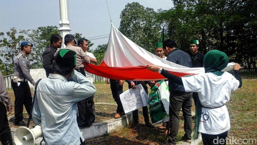 Duh Bendera di DPRD Sukabumi Terbalik, Diturunkan setelah Didemo Mahasiswa