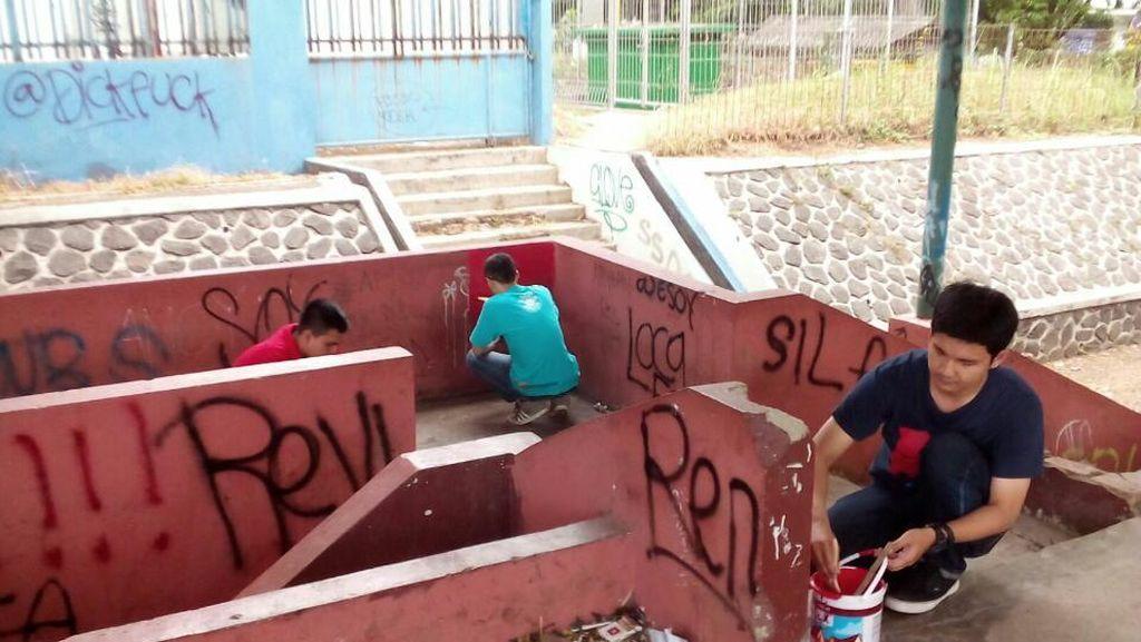 Anak Muda Bogor Bersihkan Panggung GOR Padjajaran Dari Vandalisme