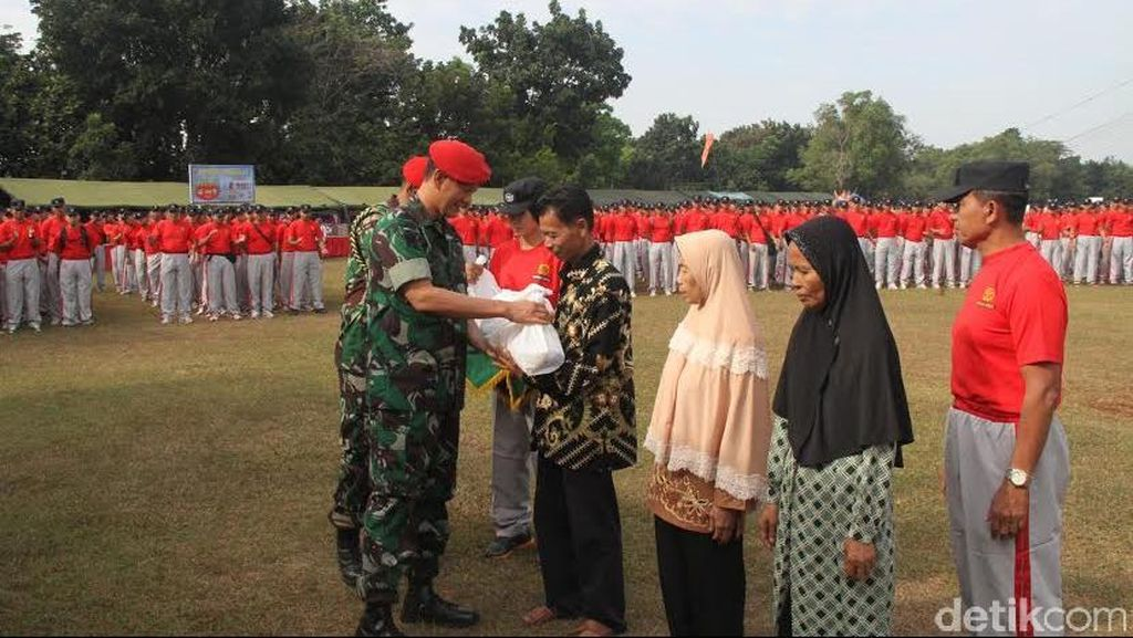 Berkah Ramadan Bagi Warga Kecil dari Prajurit Baret Merah