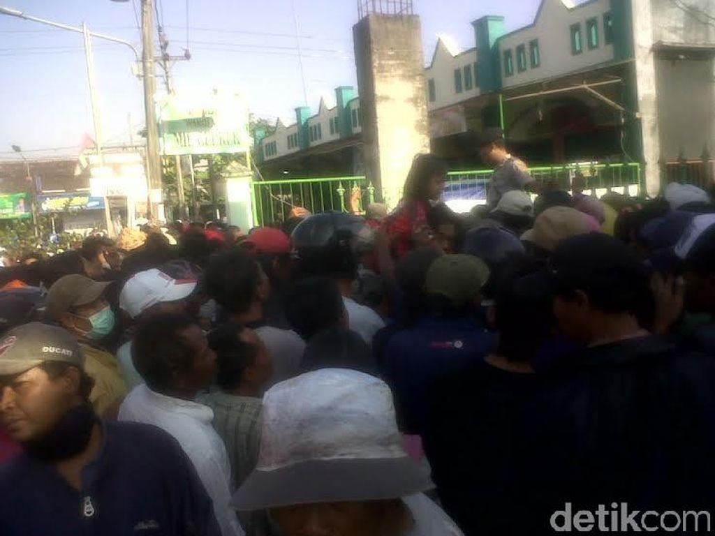 Ribuan Warga Yogyakarta Berdesakan Antre Zakat di Toko Material