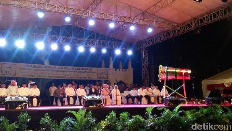 Bismillah! Jokowi Pukul Bedug Tanda Dimulainya Malam Takbir di Banda Aceh
