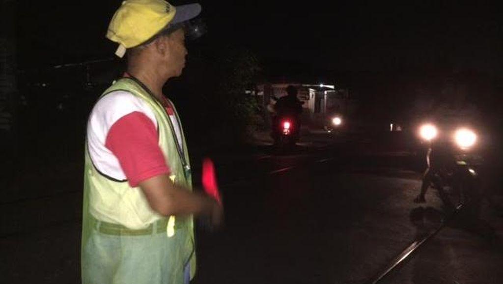 Berbahaya! Ini Perlintasan Rel Kereta Liar di Semanan yang Dijaga Warga