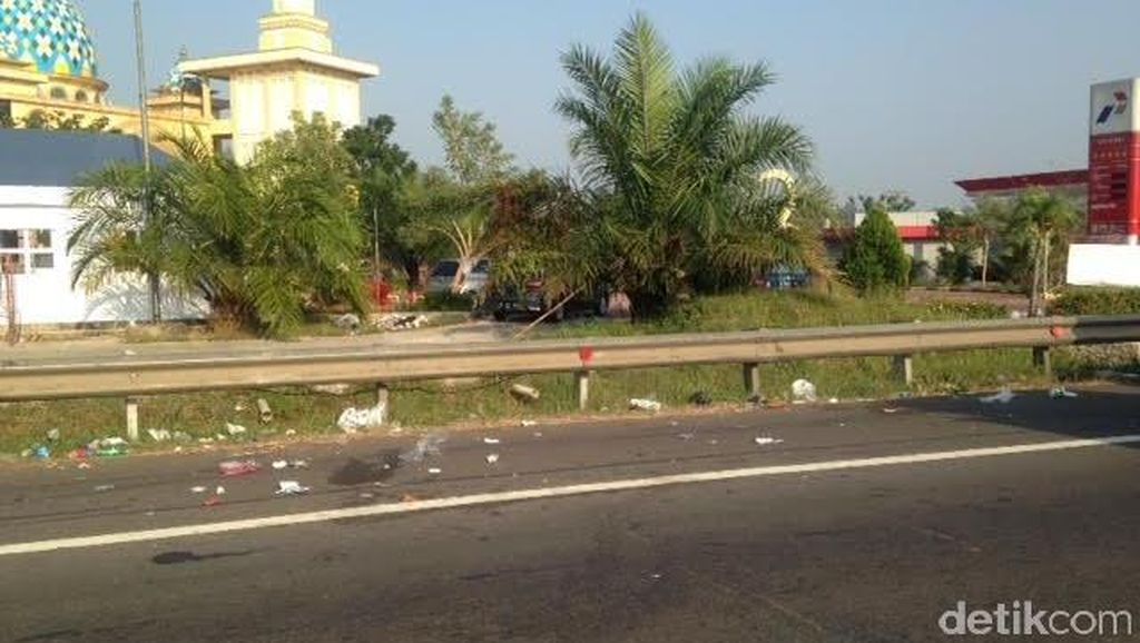 Iiih! Pengendara Mobil di Tol Cipularang Suka Buang Sampah Sembarangan