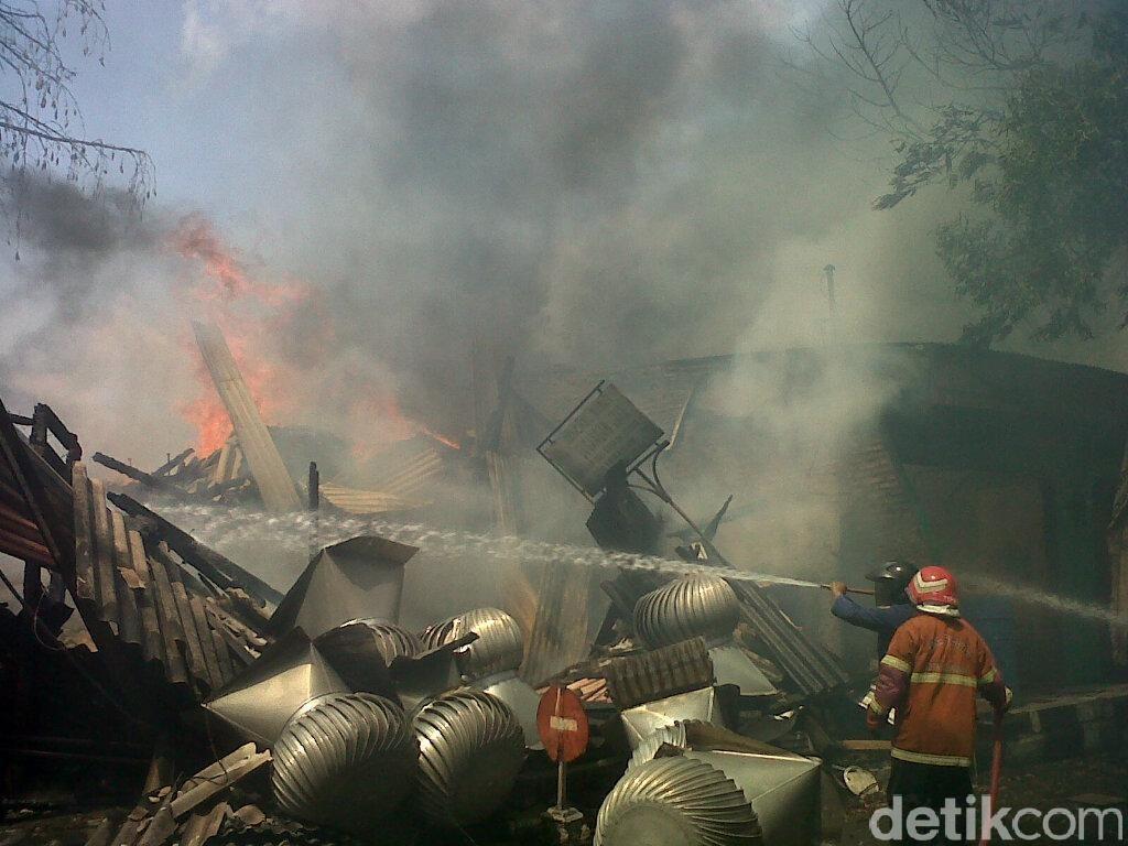 Ditinggal Mudik, 8 Kios di Banjir Kanal Timur Semarang Ludes Terbakar