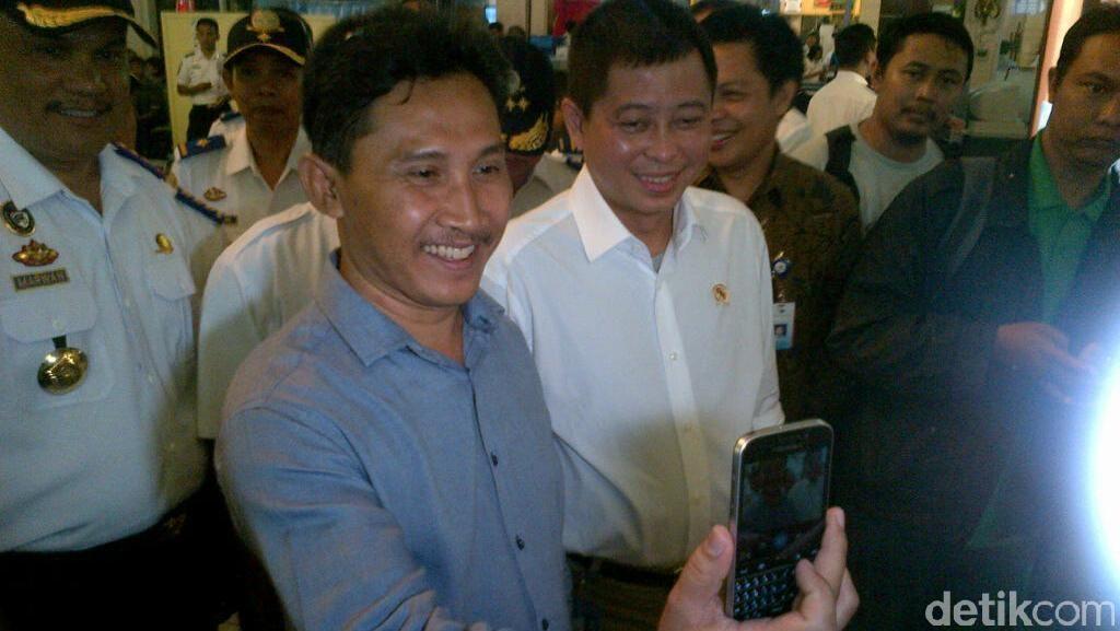 Pantau Bandara Semarang, Menteri Jonan Jadi Rebutan Selfie