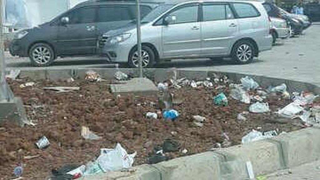 Kebiasaan Membuang Sampah Sembarangan Mereka yang Bermobil di Tol Cipularang
