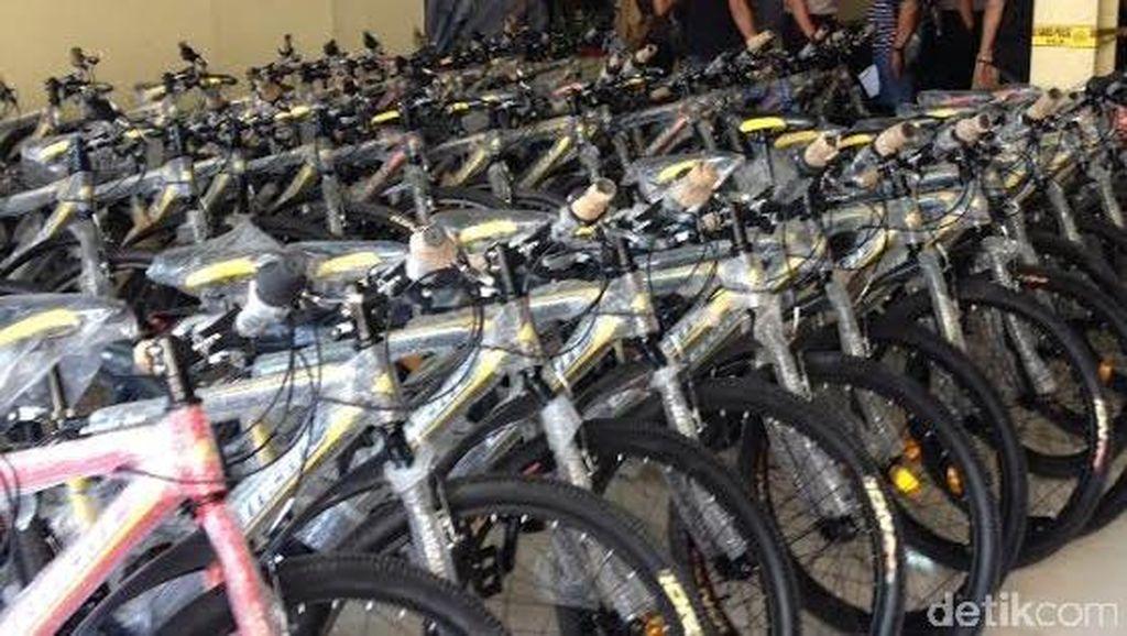 Cegah Kejahatan Jalanan, Polres Jakbar Bekali Babinkamtibnas dengan Sepeda