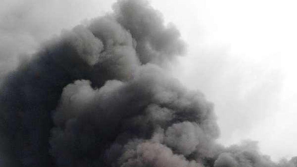 Penampakan Pabrik Sepatu Terbakar Hebat di Tangerang