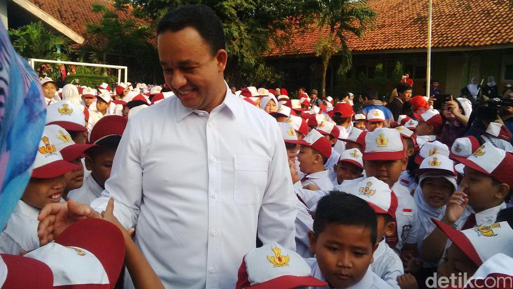 Menteri Anies Wajibkan Upacara Bendera Hingga Nyanyi Lagu Daerah di Sekolah