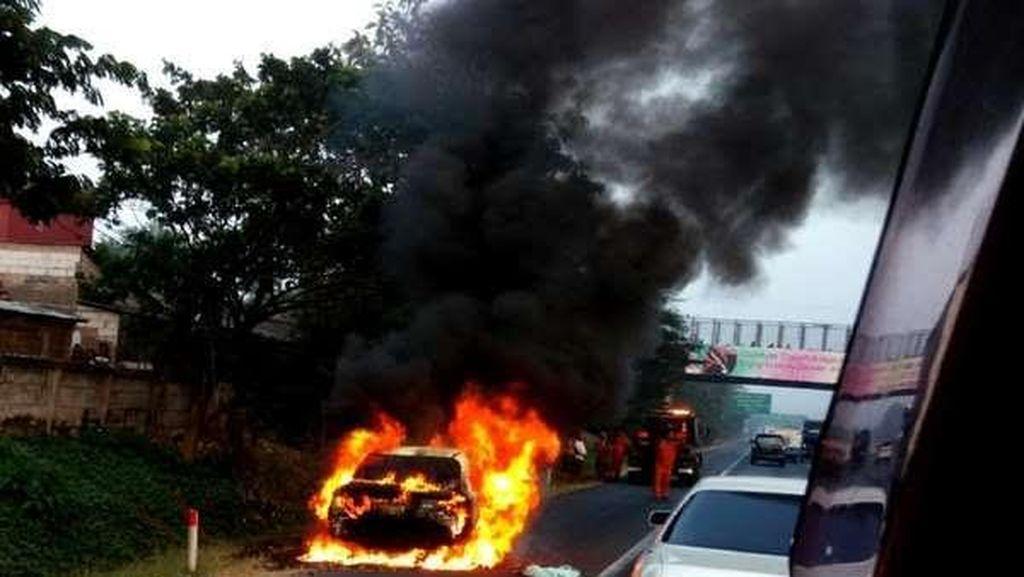 Sedan Terbakar di Tol Bekasi Timur arah Jakarta, Lalu Lintas Macet