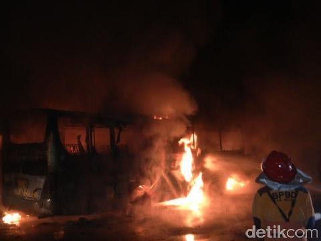 Bus Mira Yogyakarta-Surabaya Terbakar Gara-gara Ban Meletus