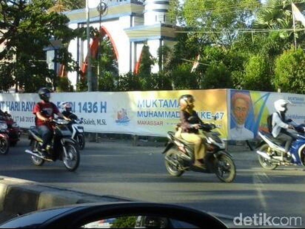 Tenda Mulai Dipasang di Lapangan Karebosi Makassar, Spanduk Bertebaran