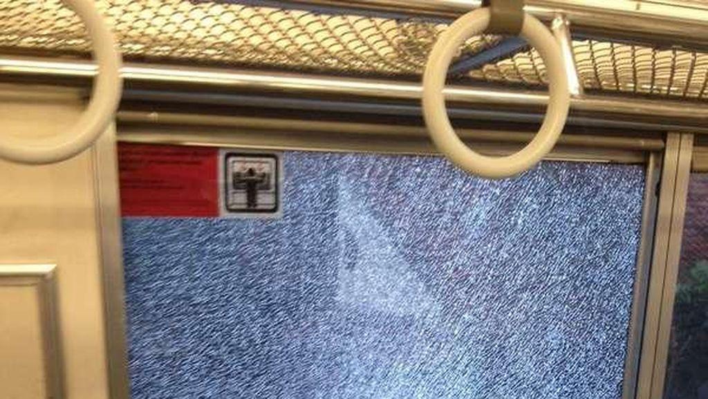 Kaca KRL Ditimpuk Batu di Cibinong, Penumpang Disuruh Ganti Kereta