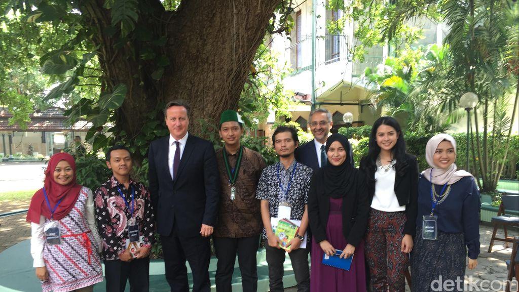 5 Pemuda Berdiskusi dengan PM David Cameron di Masjid Sunda Kelapa