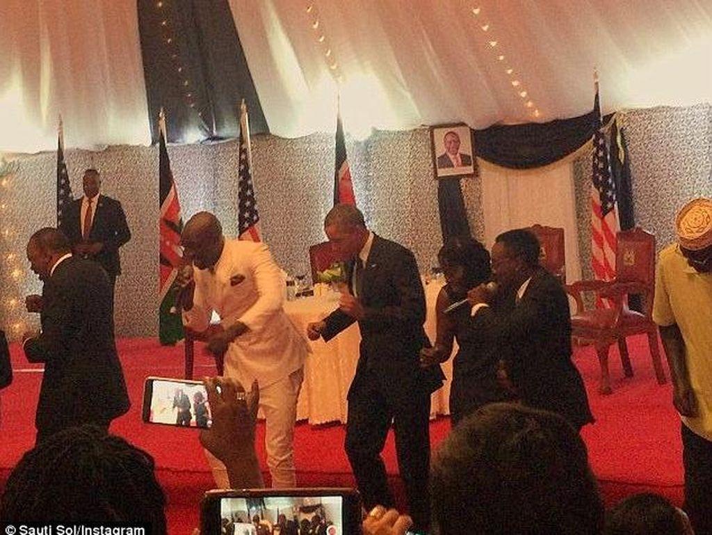 Saat Obama Berjoget di Kenya