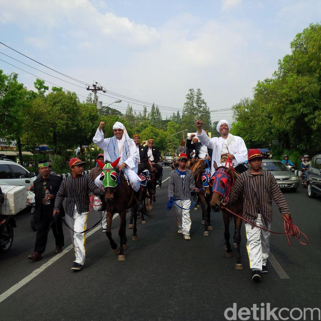 Berjubah Naik Kuda, Penantang FX Rudy di Pilkada Solo Daftar ke KPU