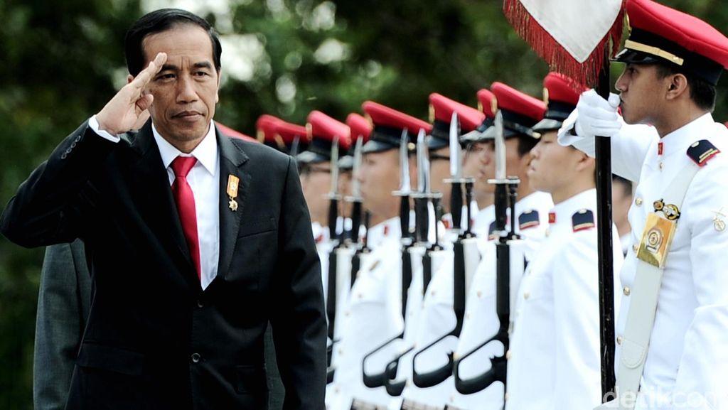Presiden Jokowi Periksa Pasukan Kehormatan di Istana Presiden Singapura