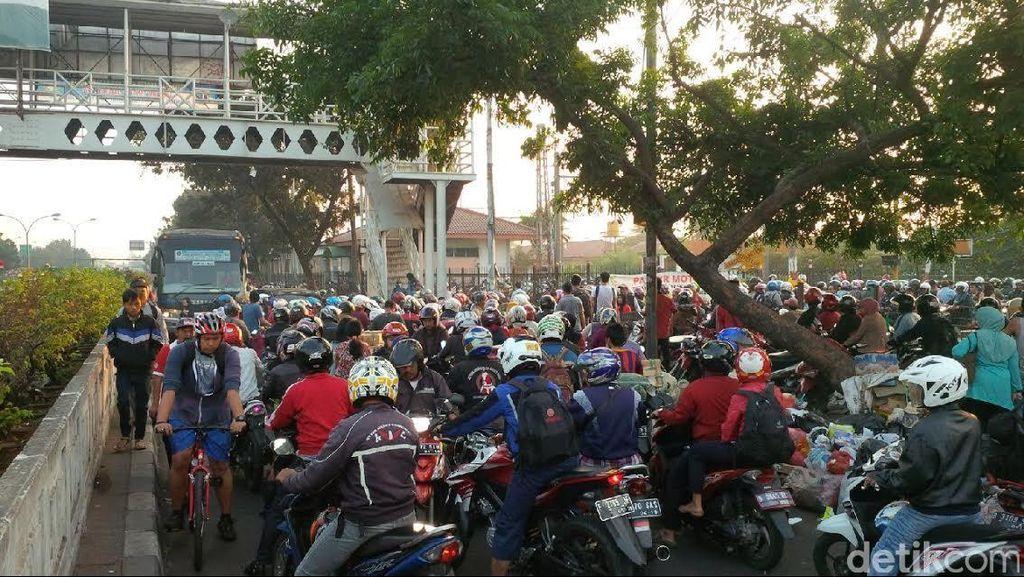 Pemotor Lawan Arus Berkuasa di Dekat Stasiun Pasar Minggu, Macet Menghadang