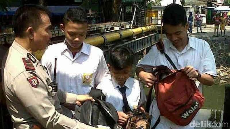 Antisipasi Tawuran, Polisi Geledah Tas Siswa yang Nongkrong