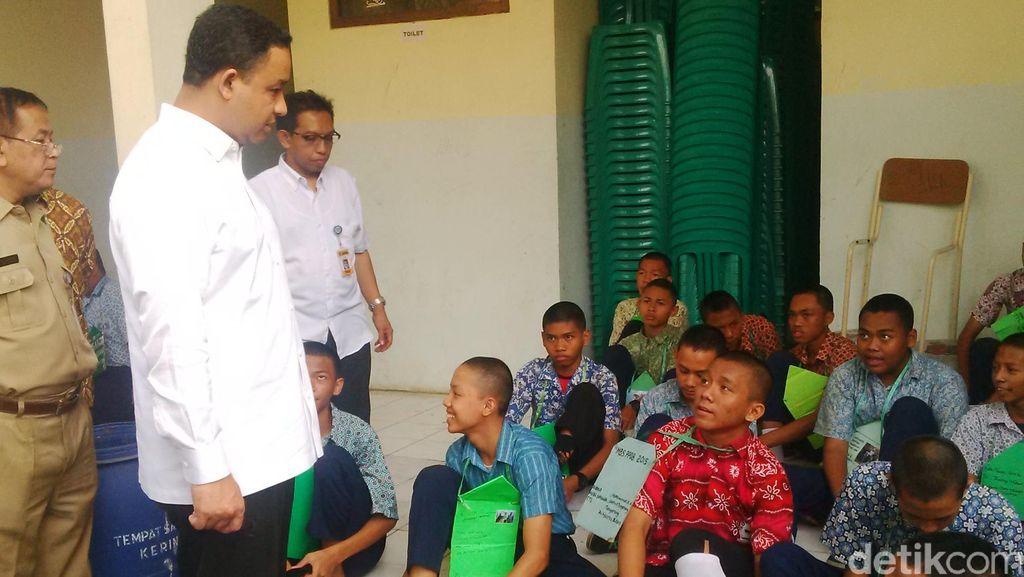Sambangi SMKN 4 Tangerang, Anies Minta Siswa Baru Copot Atribut Aneh