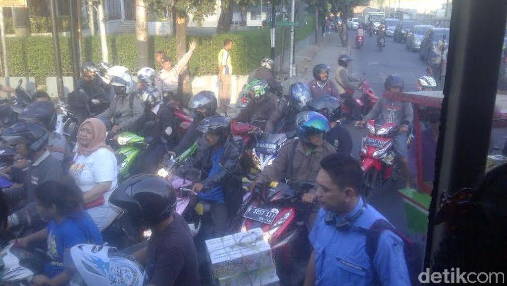 Banyak Pemotor Bandel Antre Mau Masuk Busway, Mampang Prapatan Macet