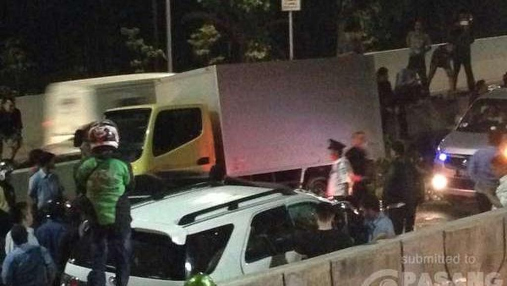 Fortuner Tabrak Truk di JLNT Kasablanka, Lalin Arah Kp Melayu Tak Bergerak