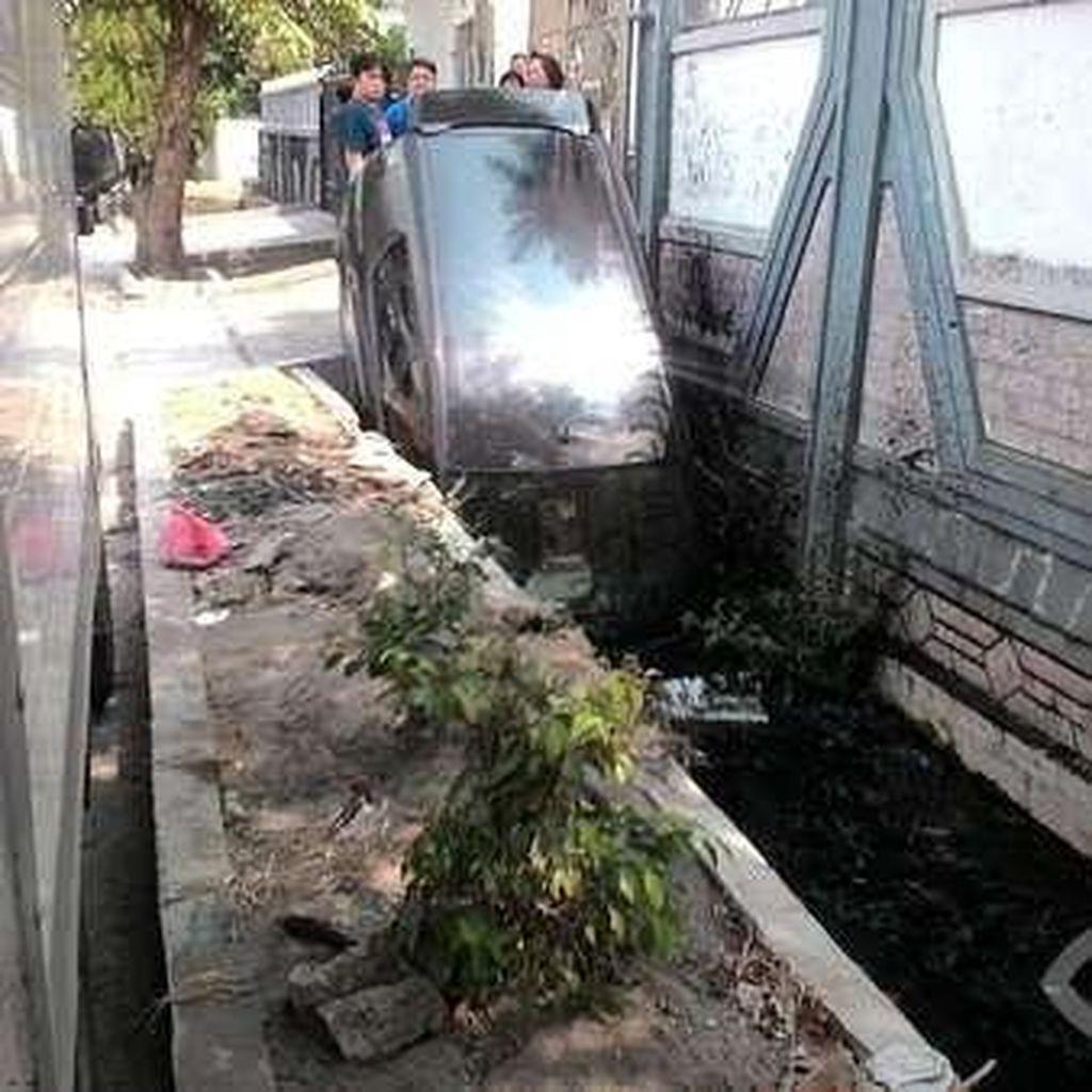Mau Injak Rem Malah Ngegas, Mobil Ini <i>Nyungsep</i> ke Selokan