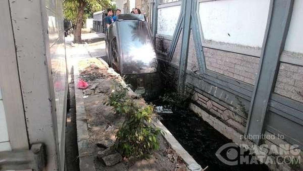 Mau Injak Rem Malah Ngegas, Mobil Ini Nyungsep ke Selokan