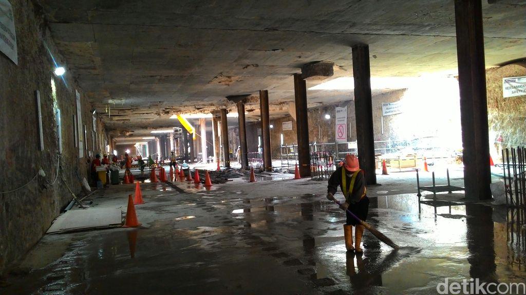 Melihat dari Dekat Pembangunan Stasiun Bawah Tanah MRT di Senayan