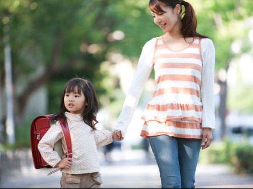 5 Tips Mencegah Nyeri Punggung Saat si Kecil Keberatan Tas Sekolah