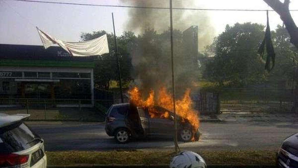 Honda Jazz Terbakar di Cibubur