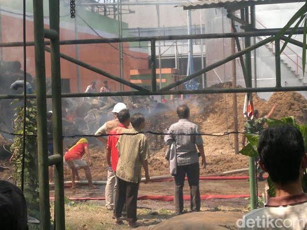 Ampas Tebu di Pabrik Gula di Sidoarjo Terbakar