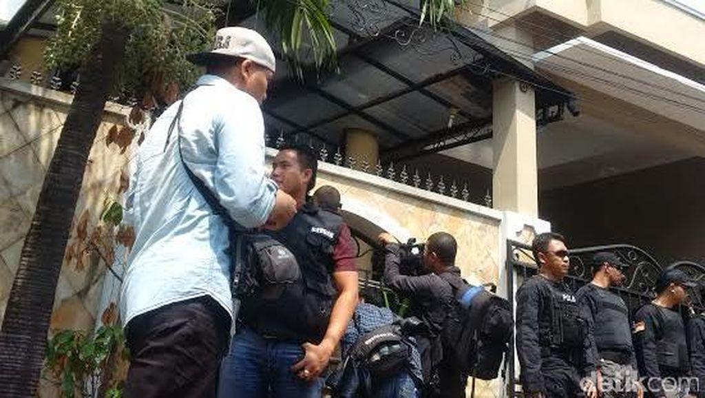 Polisi Geledah Rumah Mewah Pejabat Kemendag Partogi di Bintara Bekasi